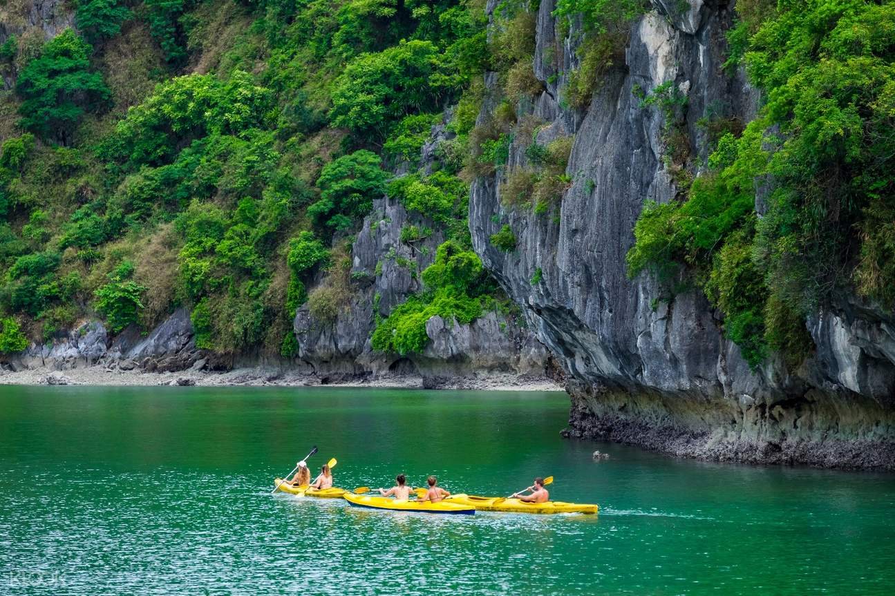 Discover the beauty of Ha Long Bay by kayaking around