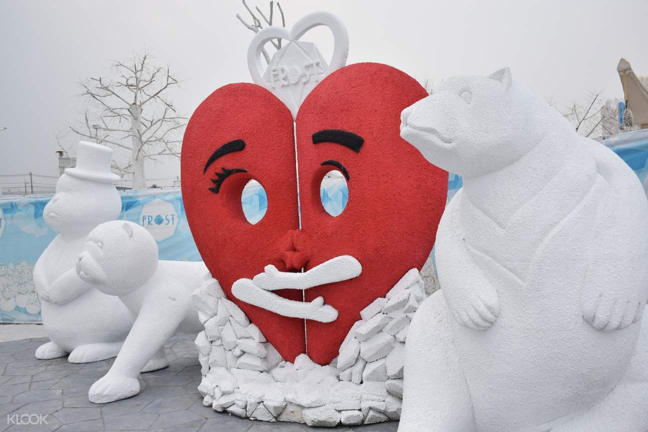 2 bear sculptures with a heart in the middle
