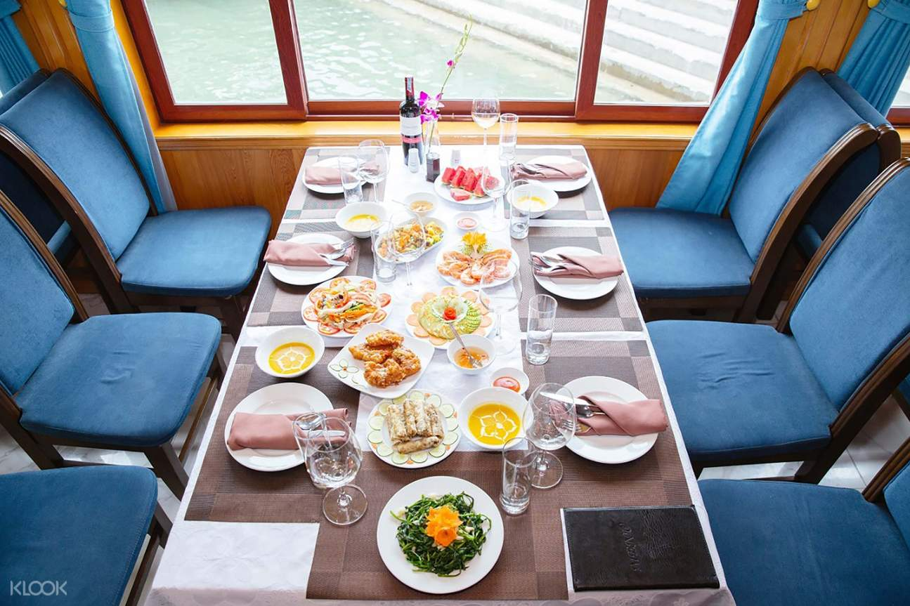 Have lunch while Hana Premium slowly cruising on the bay
