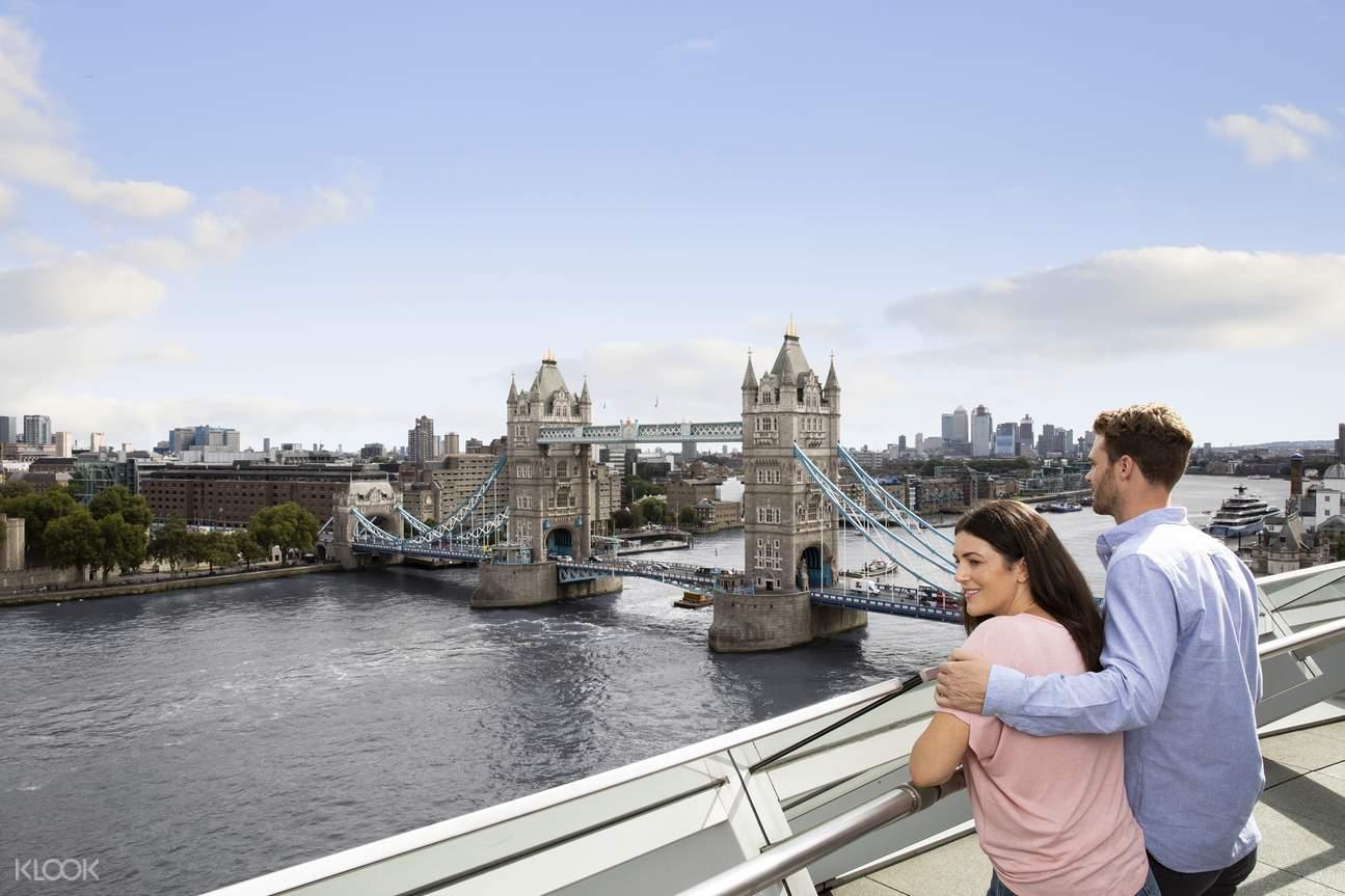 couple looking at Tower Bridge