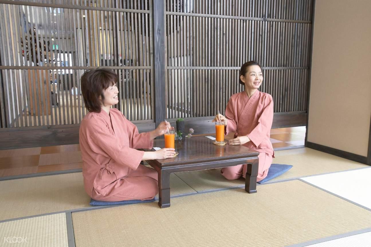 2 women drinking juice at Shiraku no Yu Onsen