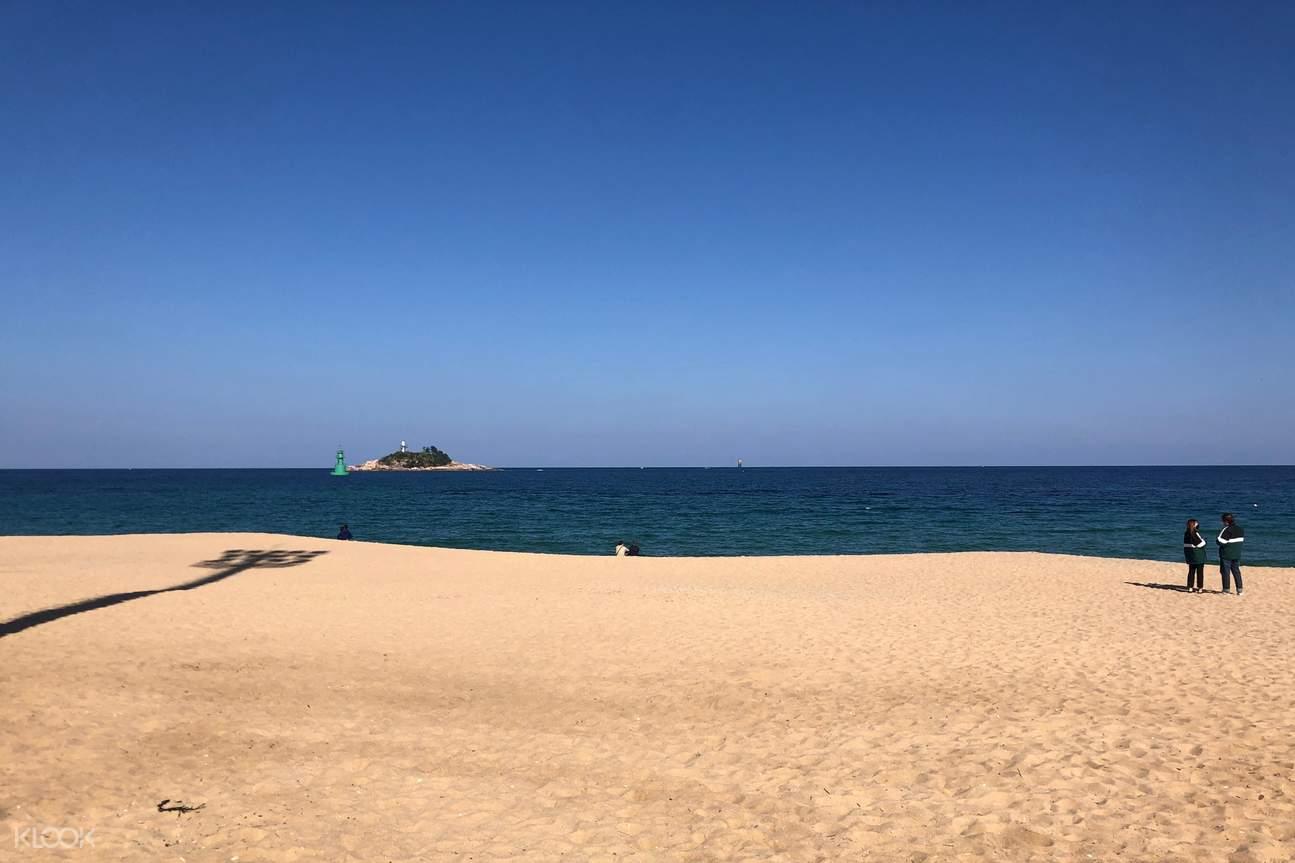 Enjoy the sea breeze and take a photo with Sokcho Beach