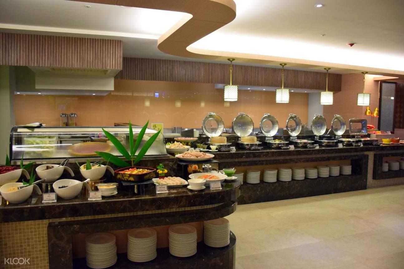 泡完暖暖的溫泉後,在優雅環境下享受中西式豐富餐點
