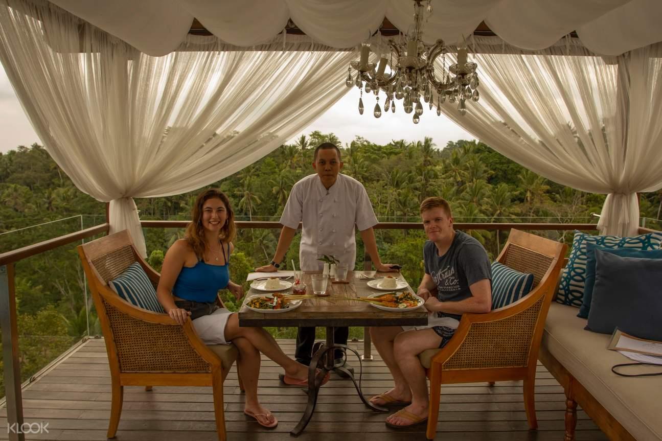 wisatawan menikmati makan malam di goya boutique resort