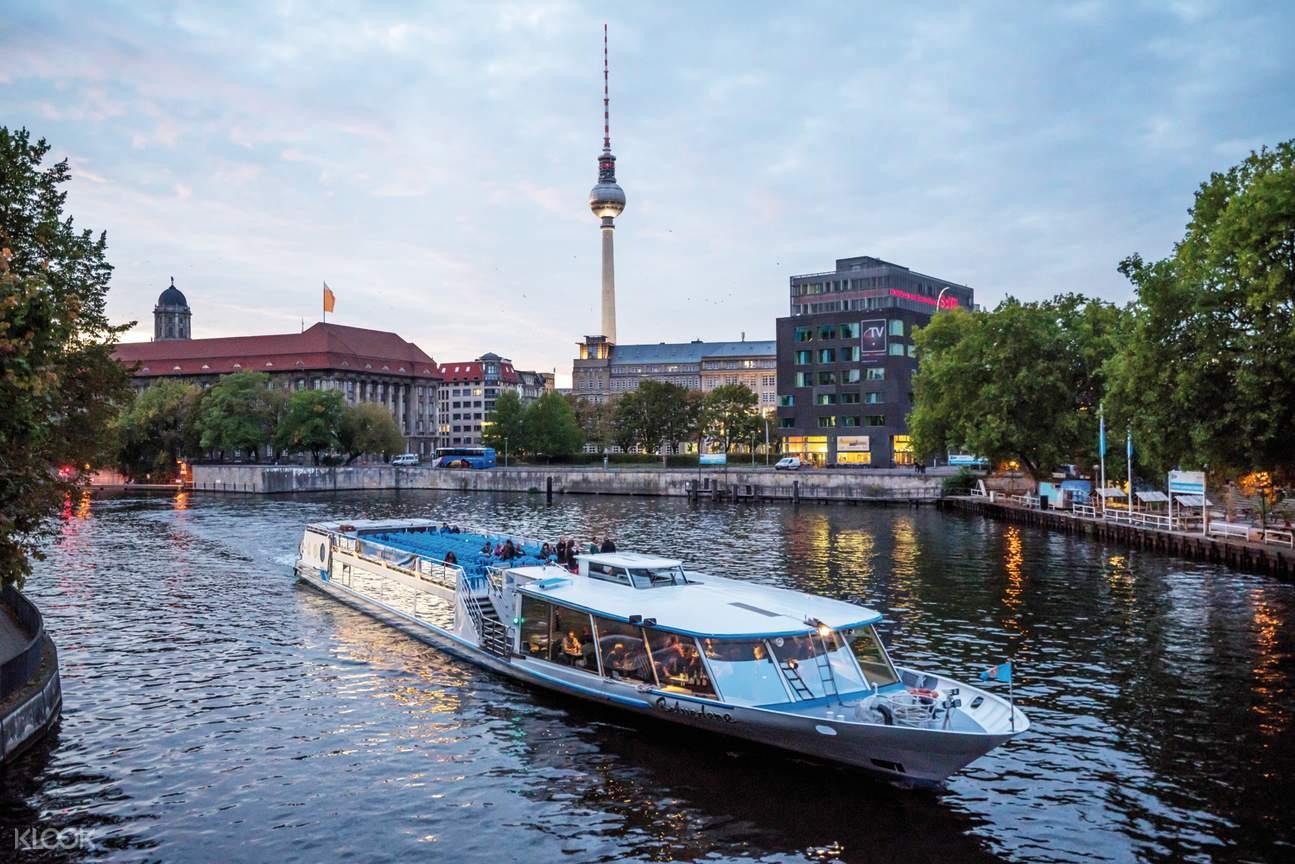 sightseeing cruise in berlin
