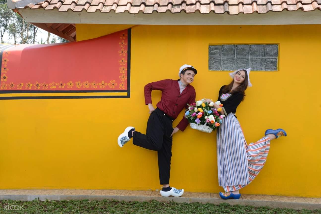 Sepasang kekasih mengenakan kostum Belanda di Rumah Belanda Bandung