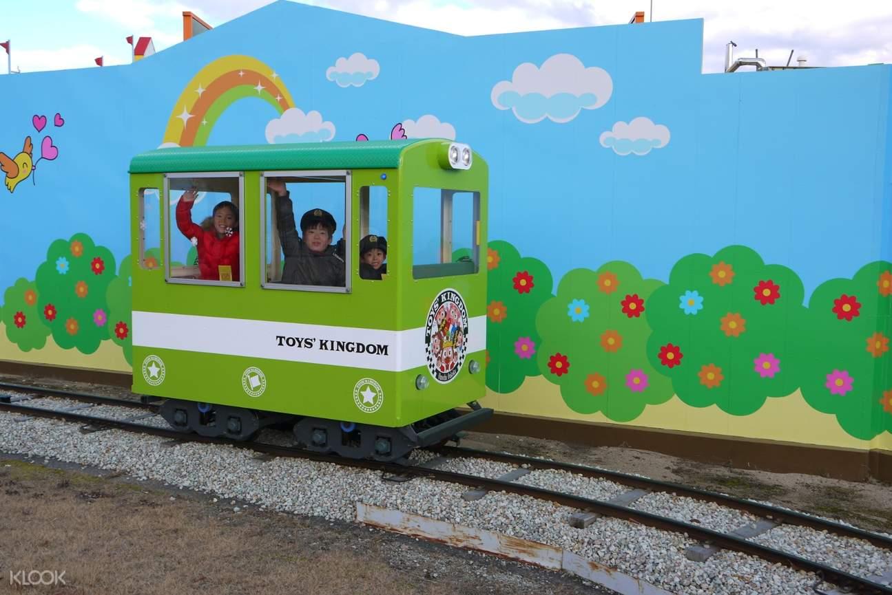 緑のライドに乗る子供達