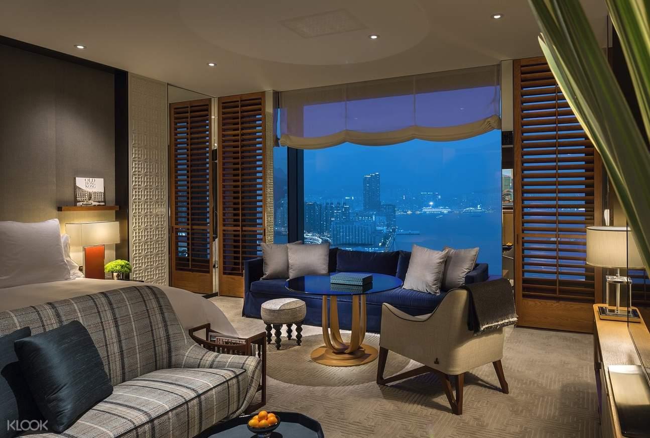 酒店房間提供舒適的沙發和床