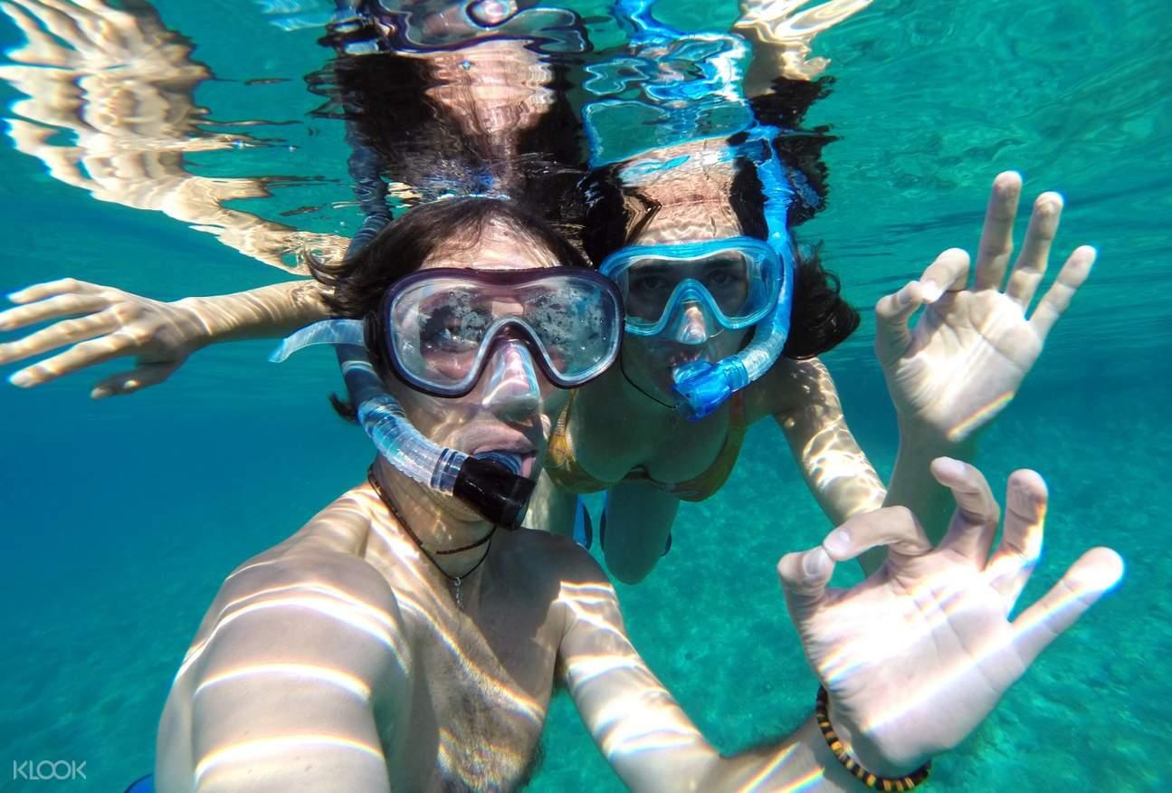 wisatawan berpose foto bawah air di thailand