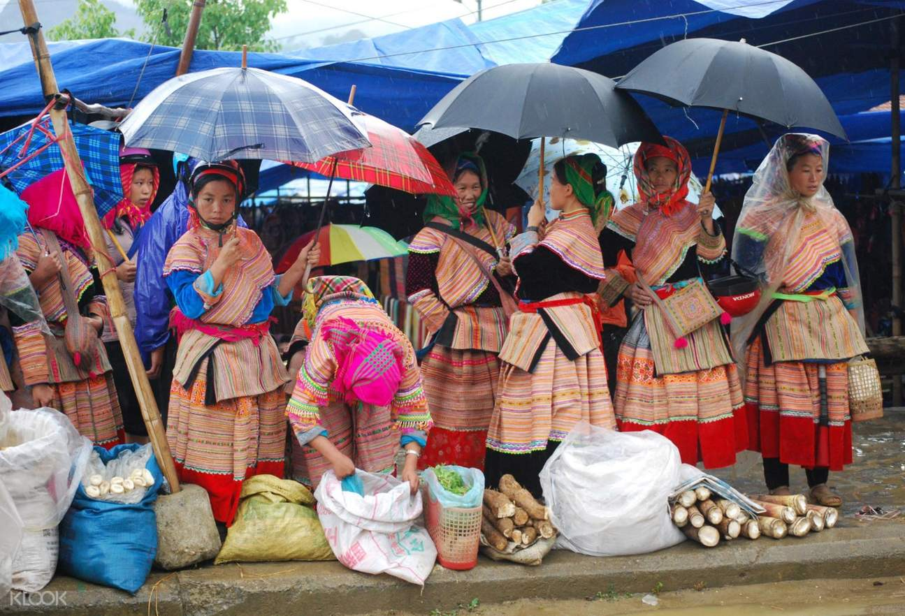 Ethinic people selling handcraft at Bac Ha market