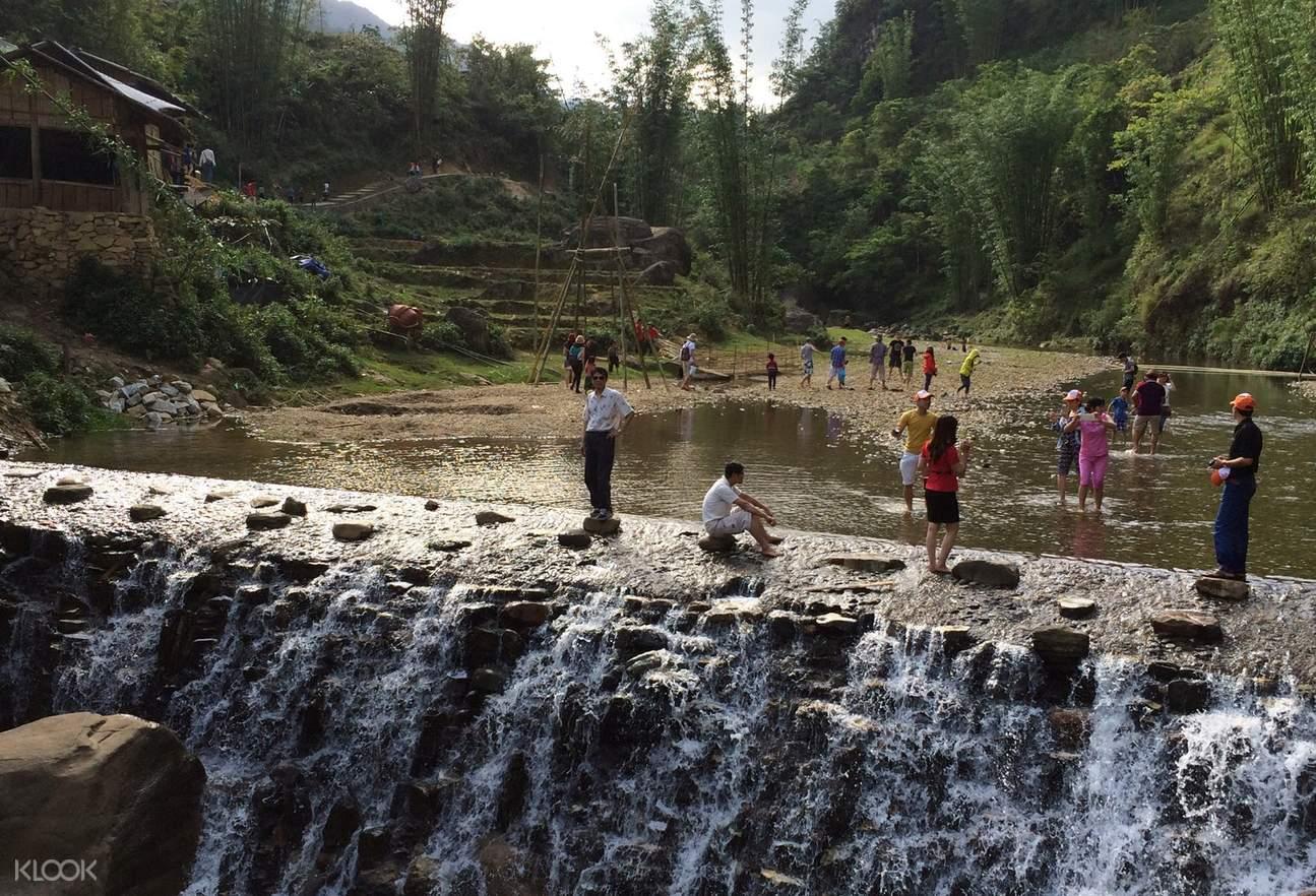 Thăm thác nước tại Cát Cát, nguồn cung cấp nước chính của cộng đồng