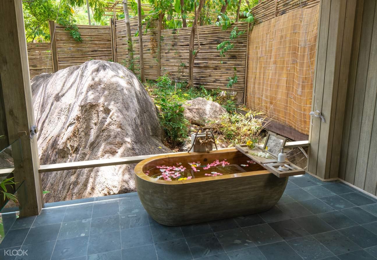 Bồn tắm ở Jungle Rock Villa