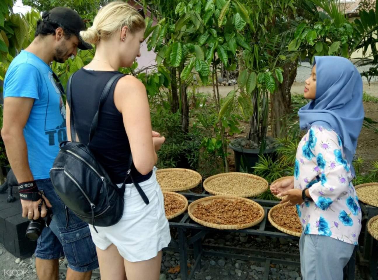 Tourists and vendor in Yogyakarta
