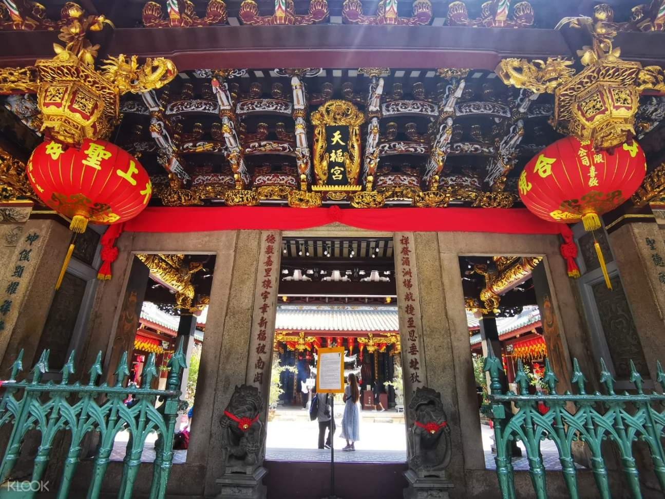 exterior of temple in singapore chinatown