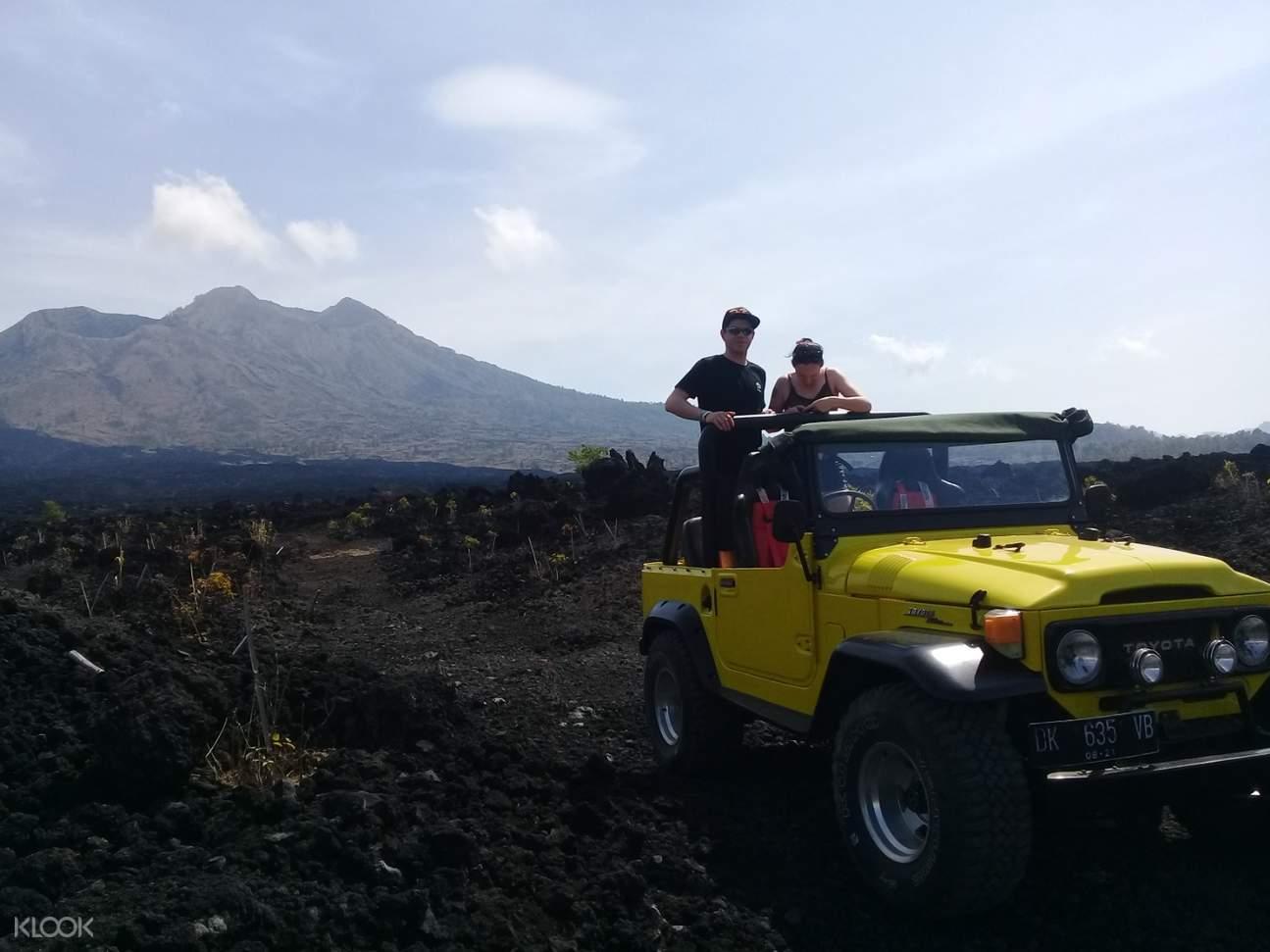 4wd jeep against mount batur