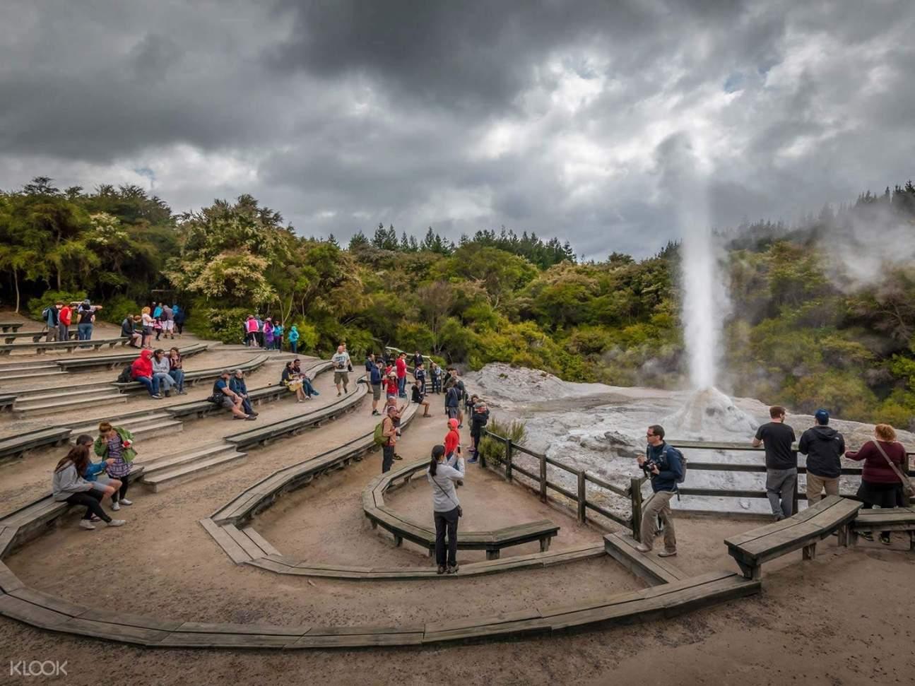 people watching the lady knox geyser