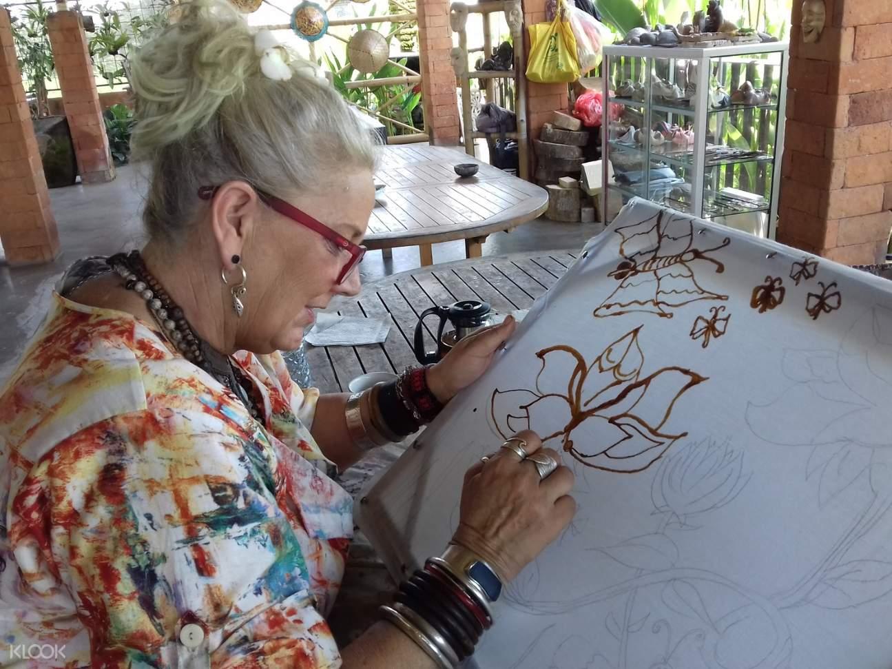Paint a sketch on a canvas using batik painting technique!
