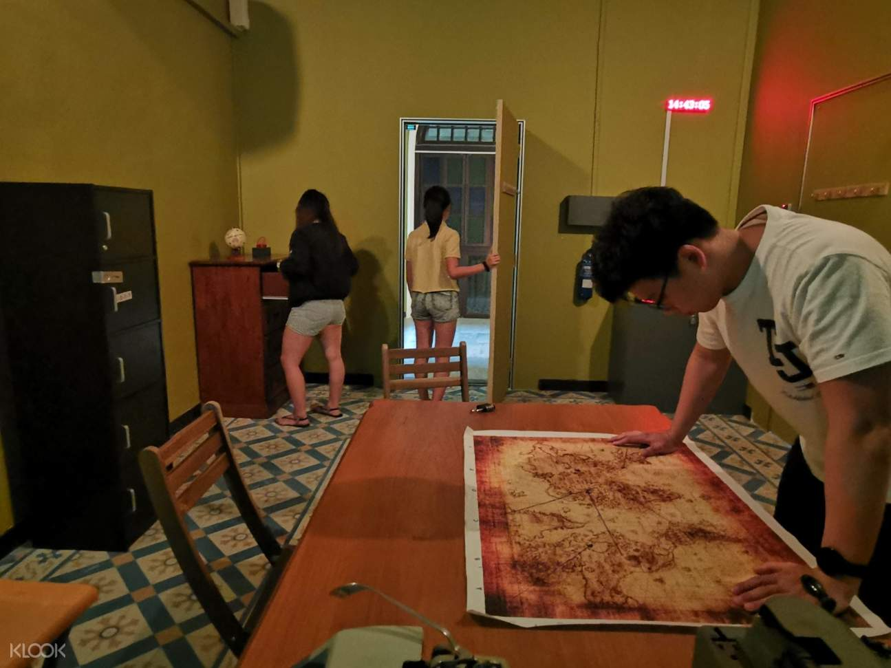 group looking for clues in amazing chambers singapura