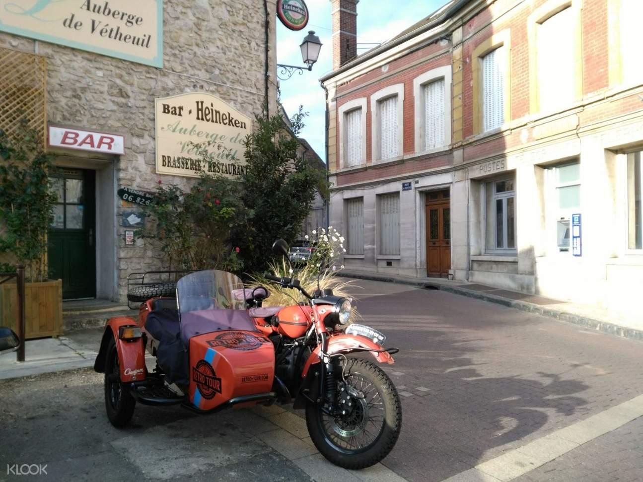 乘坐軍事復古風Ural敞篷摩托車邊車穿梭於巴黎街道,感受馳騁快感