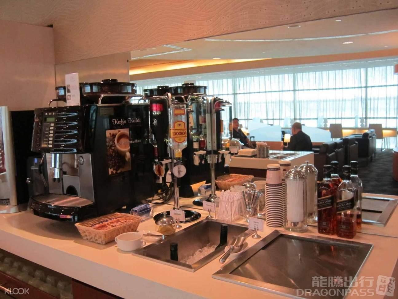 coffee maker inside singapore changi airport lounge