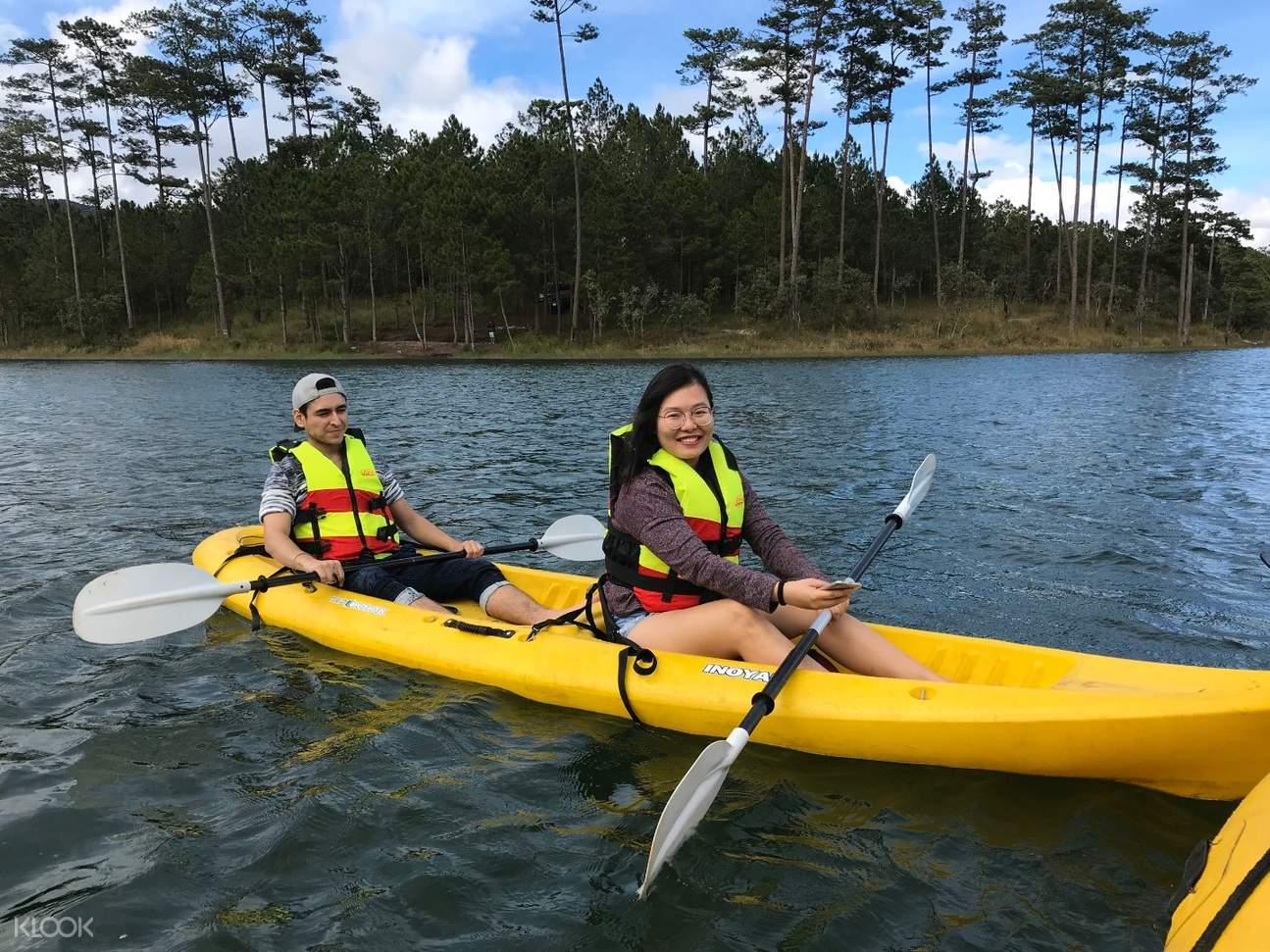 Cùng người thân yêu chèo Kayak trên hồ Tuyền Lâm Đà Lạt