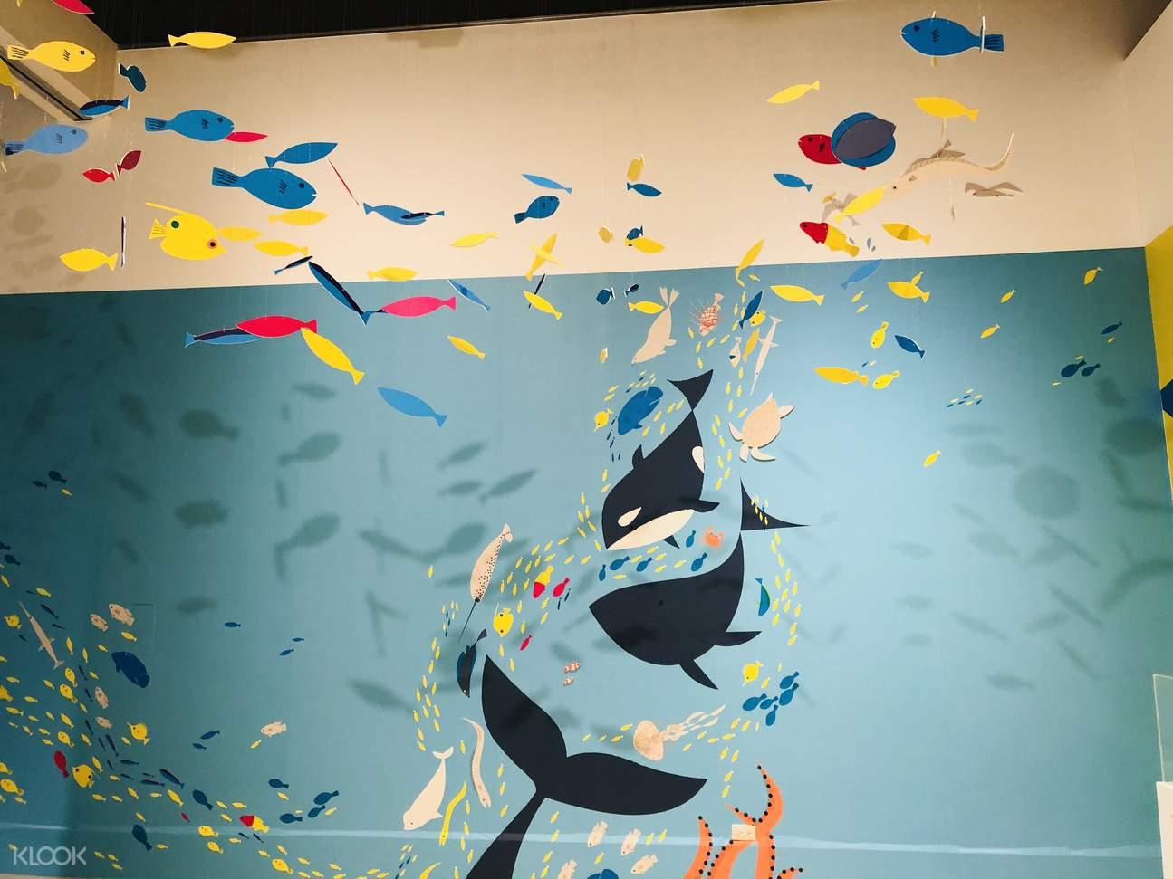 丹麥藝術家HuskMitNavn用一張紙和一隻筆,透過簡單的摺、捲、撕等步驟,創造出「類3D」的互動式作品;豐富有趣的畫面將藝術家天馬行空、遨遊無邊無界的自由想像展現得淋漓盡致。