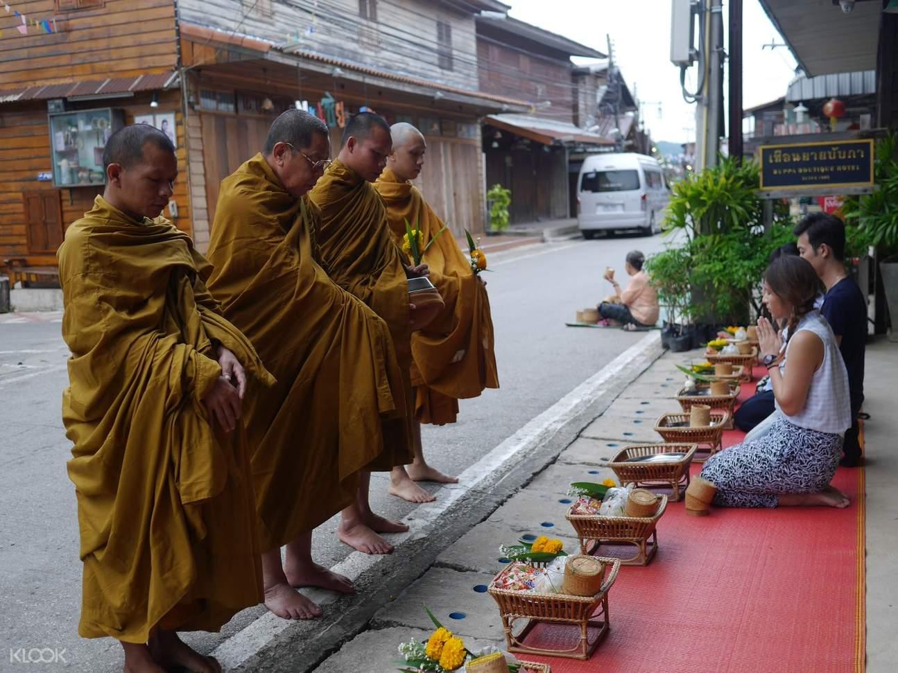 和尚托钵化缘传统仪式