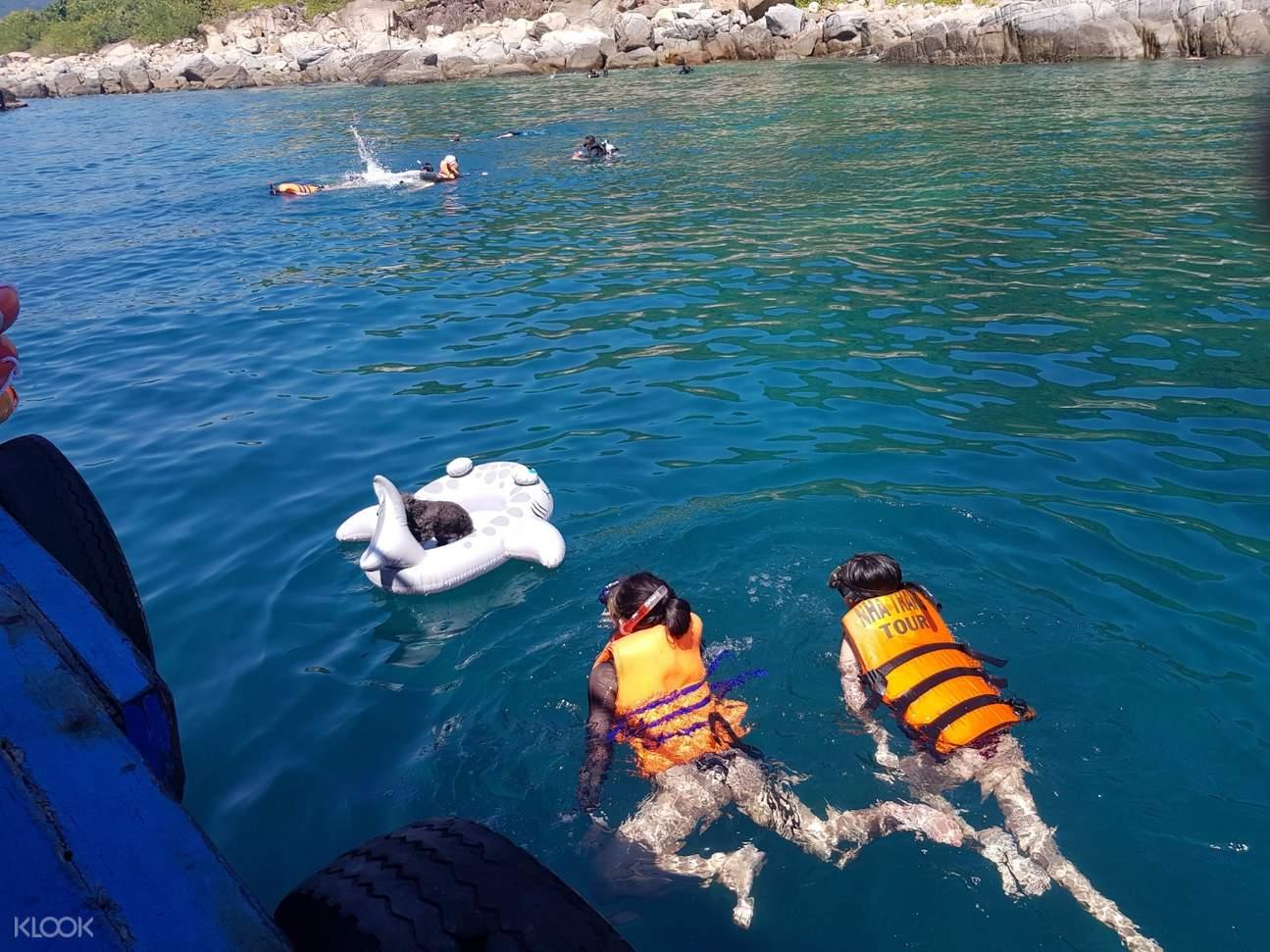 kids swimming in nha trang bay