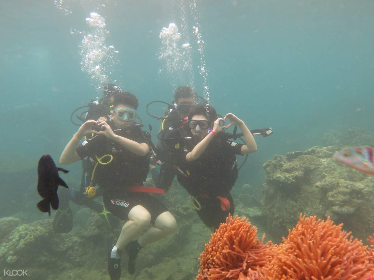 couple scuba diving in nha trang