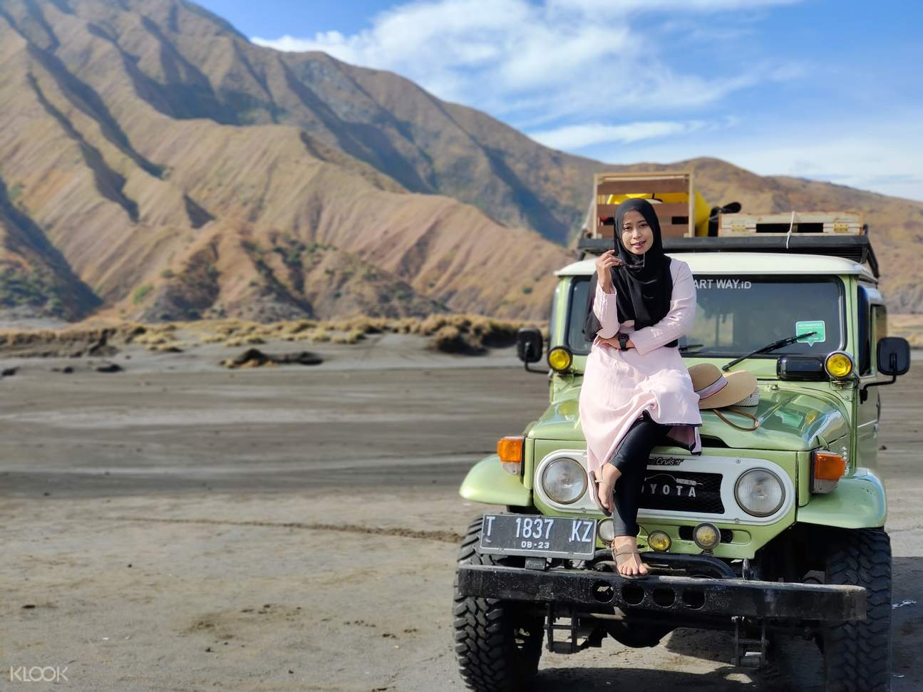Jeeps and tour group near Mount Bromo