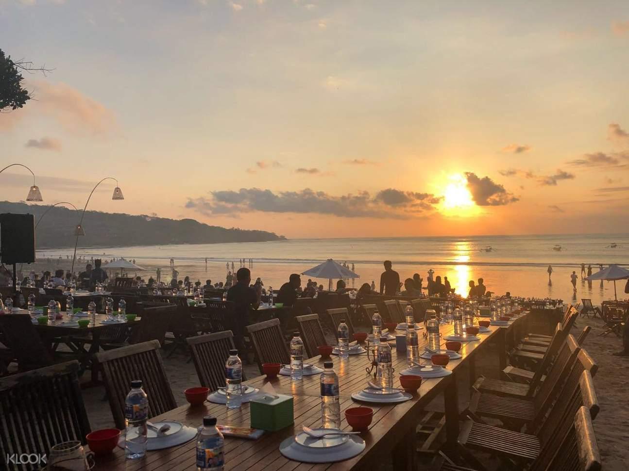 sunset di bali serta meja untuk bersantap
