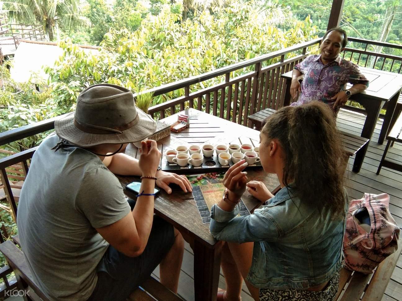 遊客在巴厘島品嚐咖啡