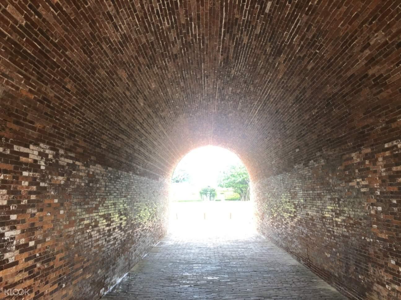 圓拱形的隧道式城門洞連通到砲台內,像進入到時光隧道,穿越古今