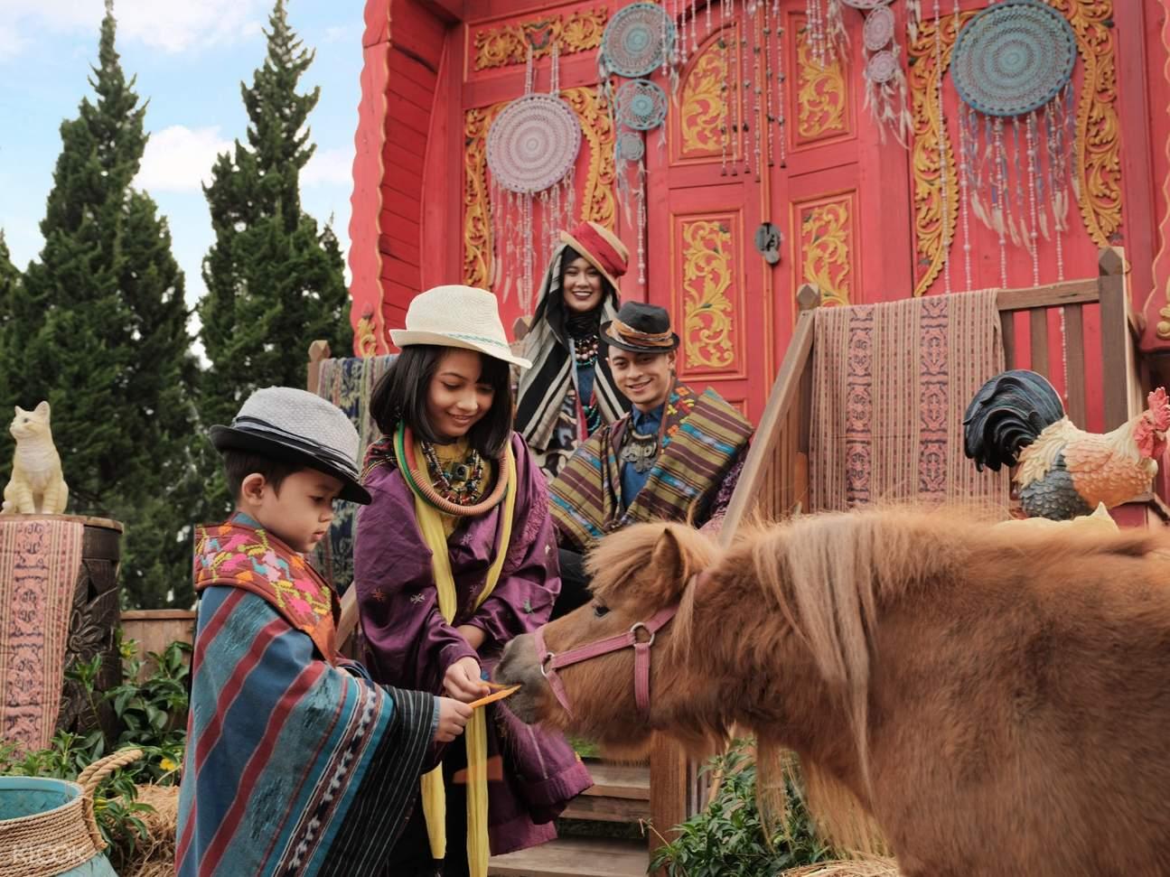 anak-anak memberi makan hewan di fairy garden bandung