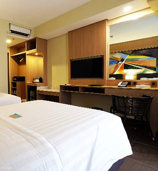 Deluxe Room with Twin and King beds