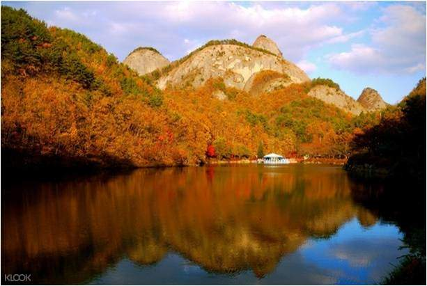 马耳山因山的形状酷似马的耳朵而得名,东峰为雄马耳山,西峰为雌马耳山