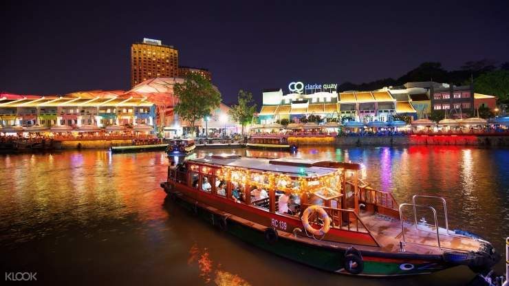 Enjoy the beautiful night scene with your partners, families and friends by hopping on the bumboat