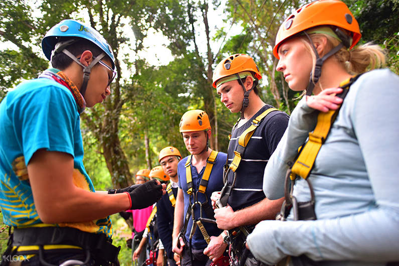 expert guide facilitating participants at sky line adventure