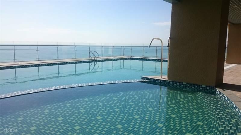 pool in Muong Thanh Luxury Hotel Da Nang