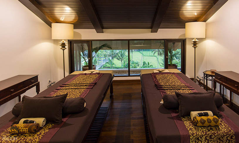 massage room with 2 beds