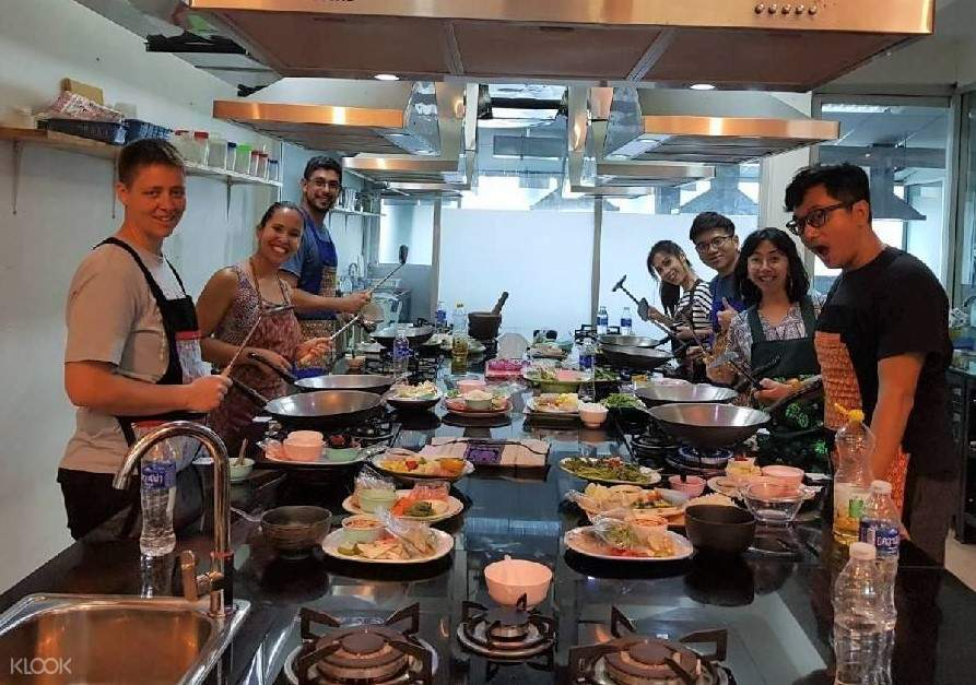 group cooking in thai chef school bangkok