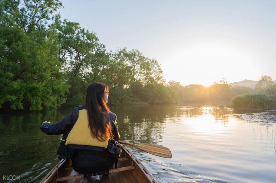 일출을 바라보며 카누를 타는 시간은 하루 중 가장 황홀할 거에요.