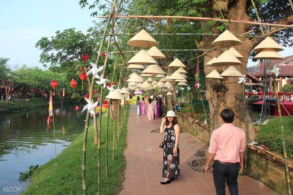 people walking around thanh toan