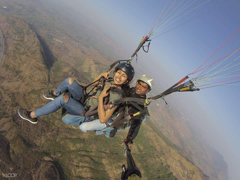 tourists enjoy paragliding in india