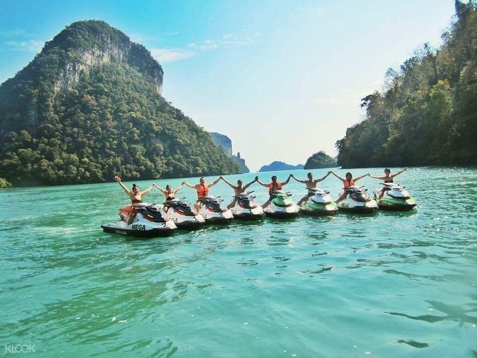 tourists taking group photo at Pulau Dayang Bunting