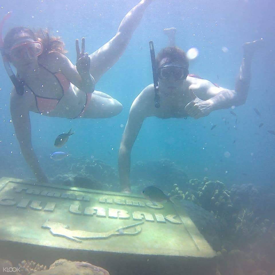 Nikmati keseruan snorkeling bersama instruktur profesional dan lihatlah kecantikan ikan-ikan dan terumbu karang