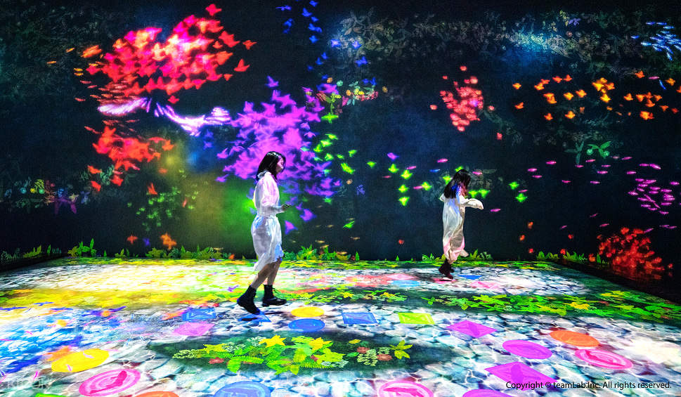 【天才跳房子】這是一個沉浸式的跳房子遊戲,您可以跳到水中的圓形,三角形和正方形,當您連續幾次降落在同一形狀上時,魚,蝴蝶或鳥就會誕生。如果您連續跳許多相同的形狀,將會出現更多的動物。而且,如果您連續跳上相同顏色的形狀,該顏色將散佈在整個空間中。如果您觸摸沿牆壁移動的魚,蝴蝶或鳥類,這些動物將融入世界。