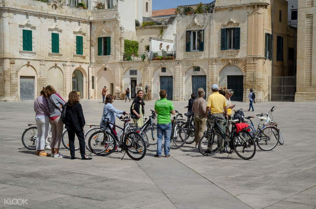 tour group with bikes in lecce