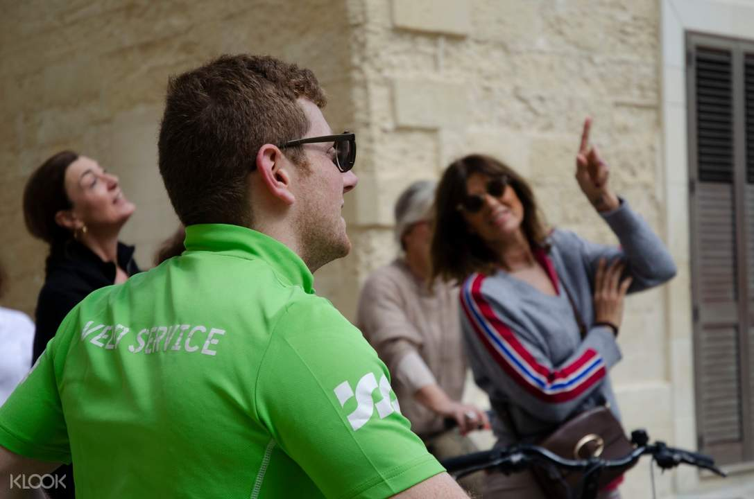 tour guide wearing green shirt in lecce