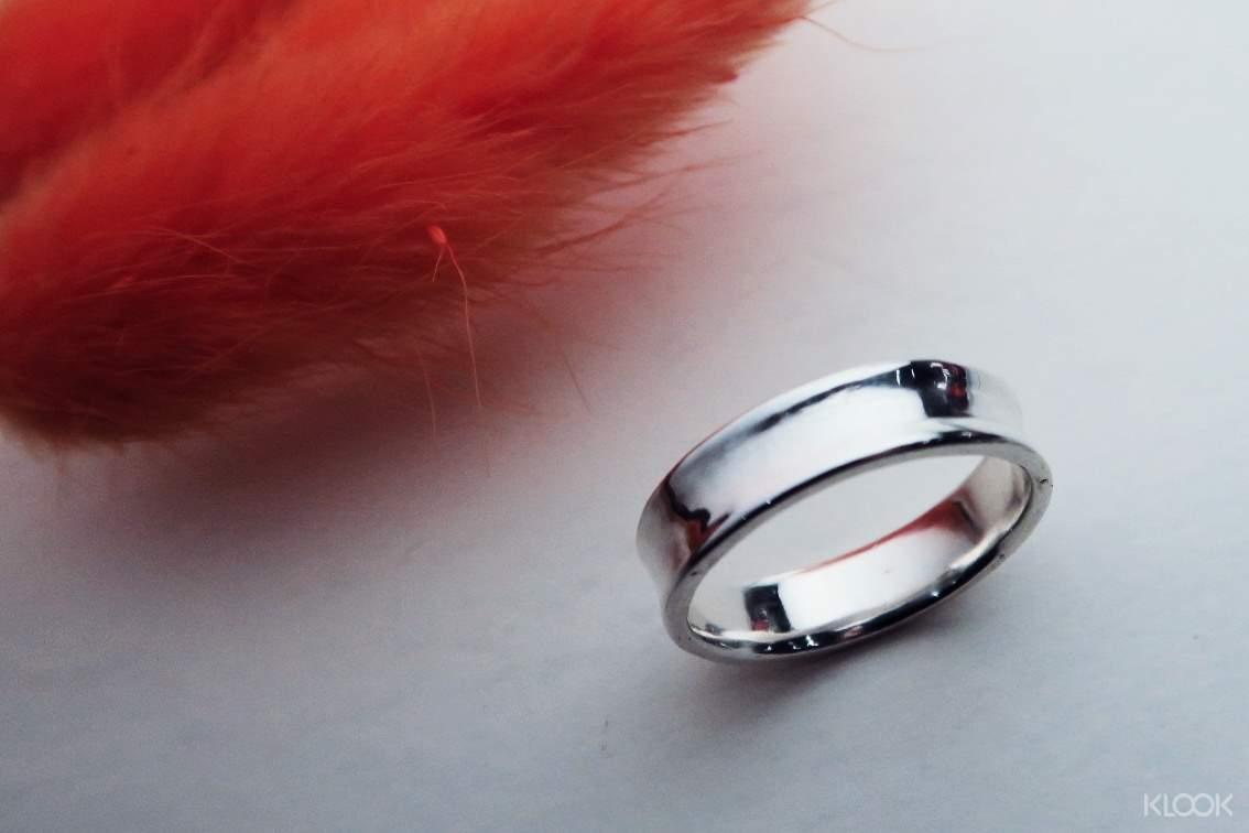 簡約時尚的圓弧設計銀戒,是你日常生活中的亮眼配件
